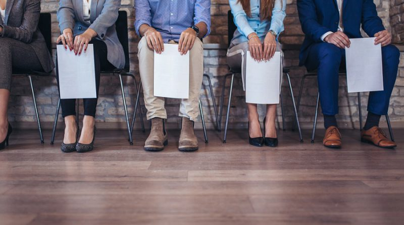 Pessoas com currículo em busca de vaga de emprego
