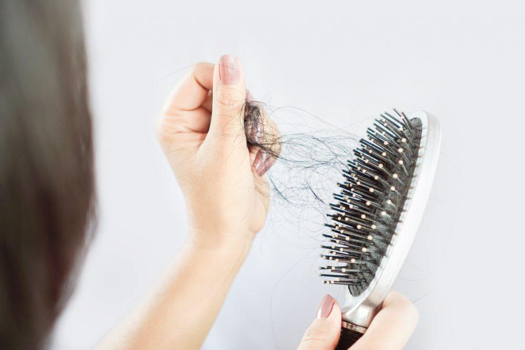 Foto ilustra a queda de cabelos.