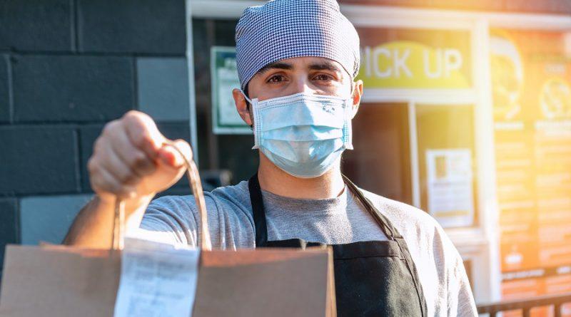 Empresário fazendo entrega delivery gastronomia pandemia