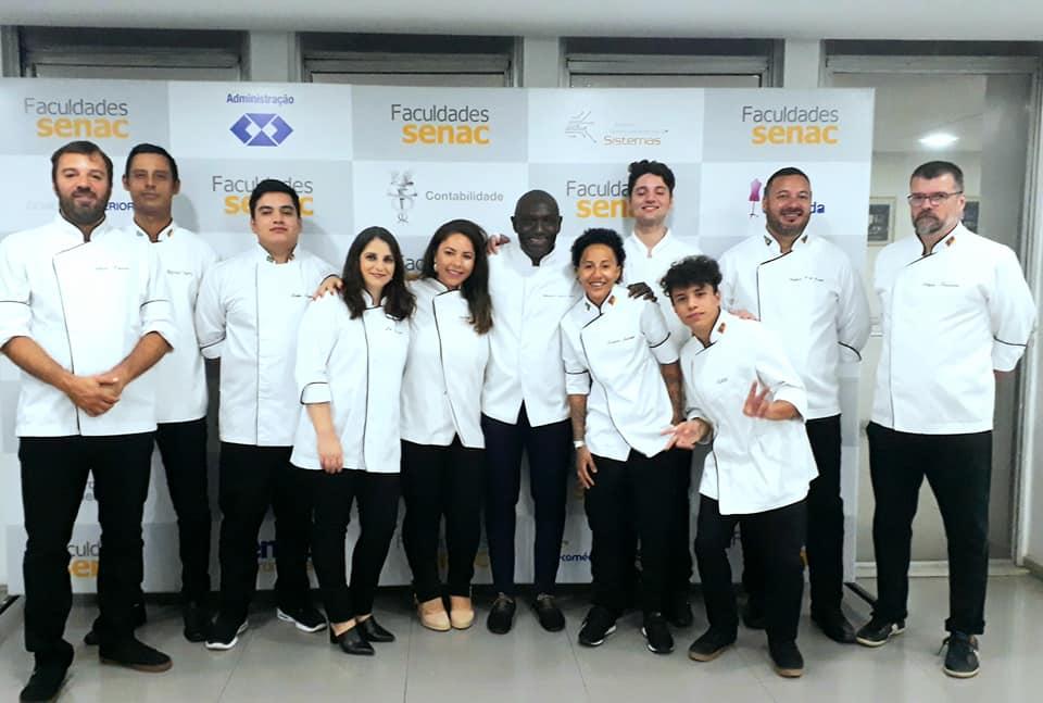 Alunos com o chef Mamadou Séne.