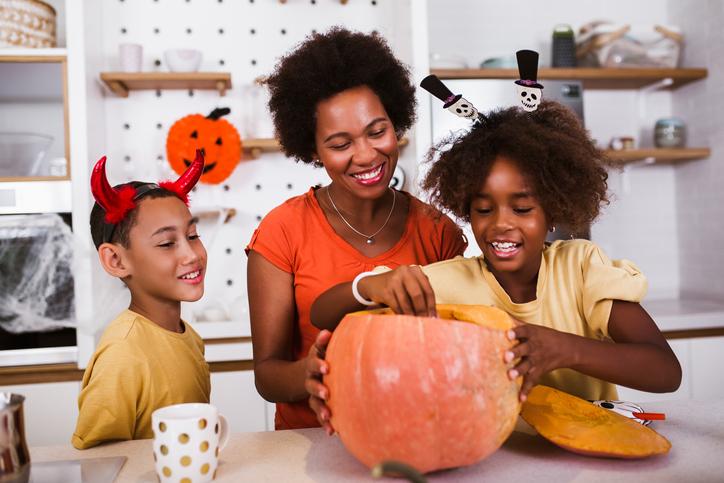 Família celebrando o Halloween.