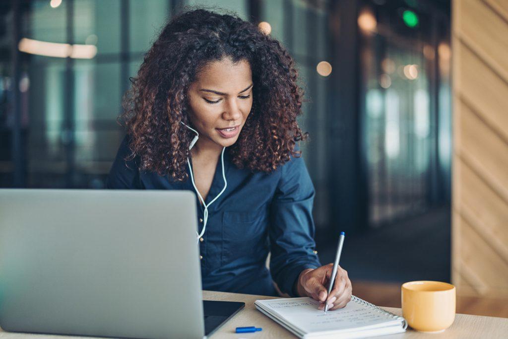 Anote tópicos para a entrevista de emprego online.