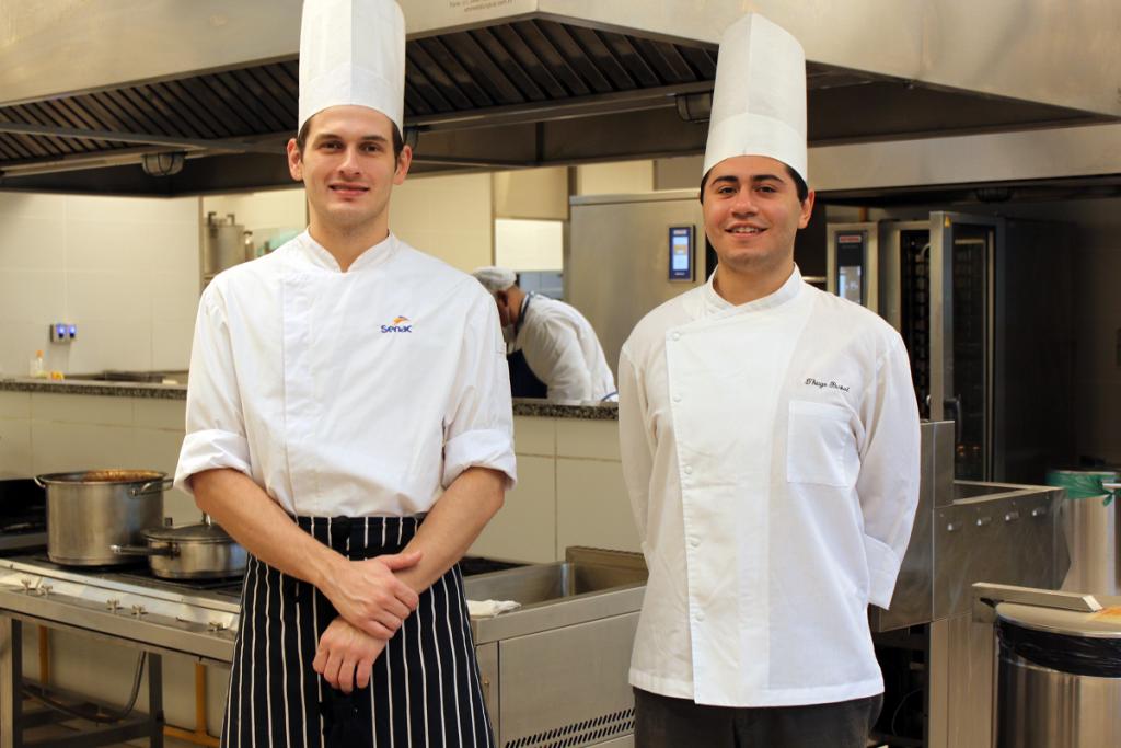 Treinador da ocupação Cozinha do RS Gilles Saraiva com o competidor Thiago Padilha.