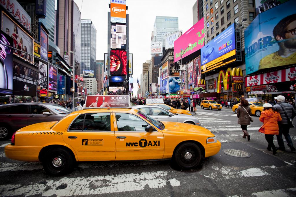 """Para táxi, usamos """"cab"""" ou """"taxi"""" mesmo."""
